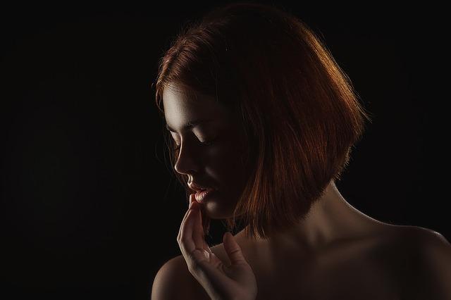 Fryzury dla kwadratowej twarzy i wysokiego czoła