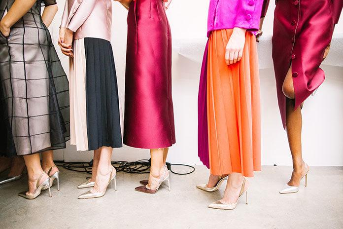 Długie sukienki na wiosnę i lato. Jakie wzory i kolory sukienek maxi są chętnie wybierane przez kobiety?