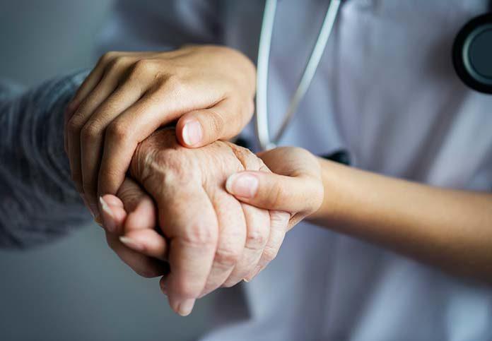 Charakter, doświadczenie, kwalifikacje – jak zostać opiekunką osób starszych?
