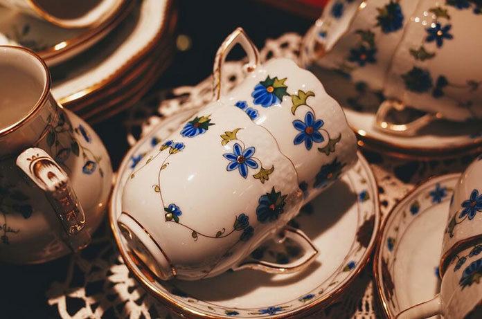 Ekskluzywna porcelana jak poznać? Czym się różni od zwykłego wyrobu porcelanowego?